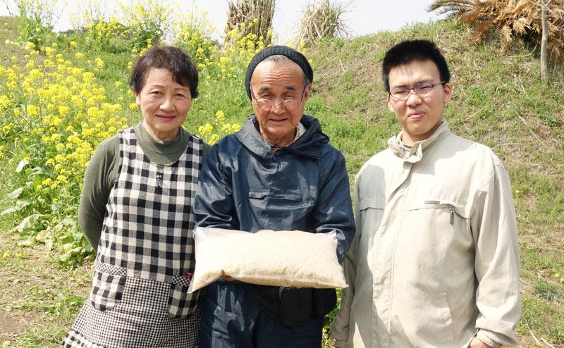 無農薬無肥料のお米を持った桜島ふれんずメンバー