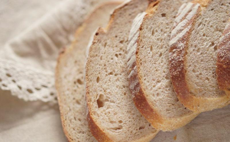 小麦粉と全粒粉を混ぜて作ったパン。