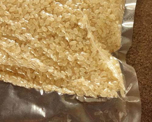 真空パックの玄米のアップ